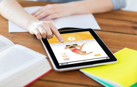 Person schaut sich Workout-Video auf Tablet an
